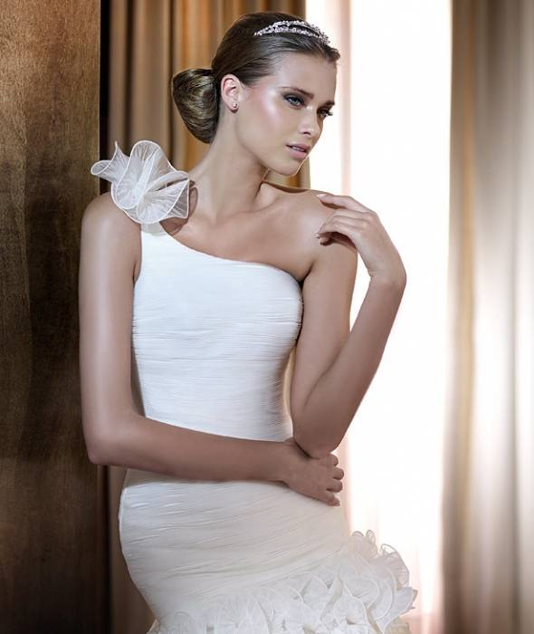 Mermaid wedding dress with a classic fabric that achieves a very trendy look