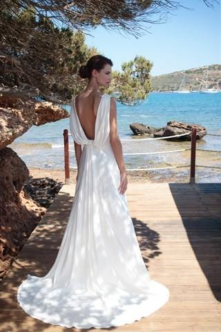 Love the back opening and the material of the wedding dress