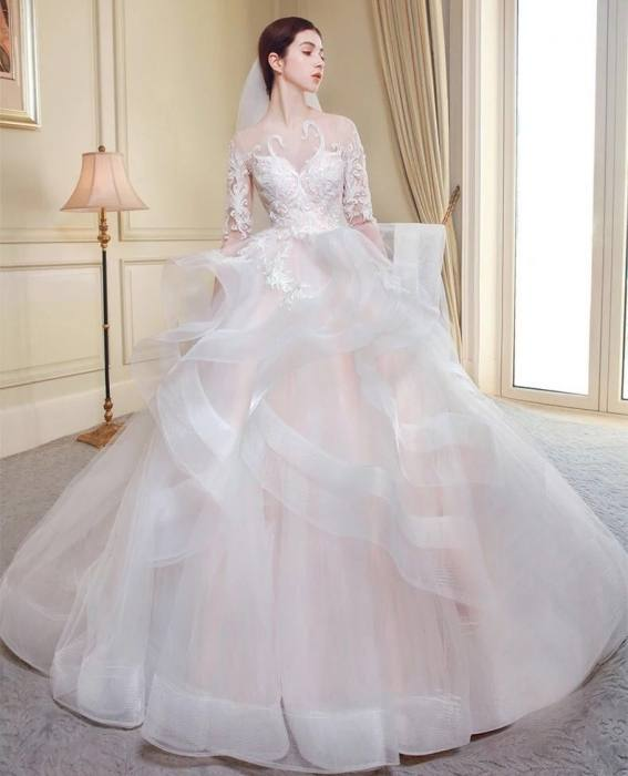 Rents ranging from 1 million (for a dress without a tail), 2 million (for a dress with a tail)