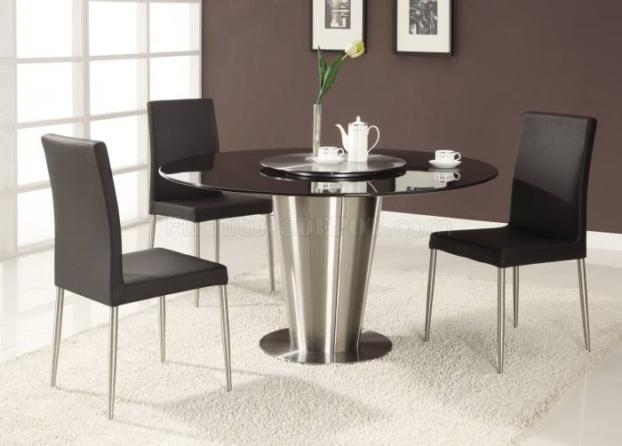 A round dining table makes for more intimate gatherings